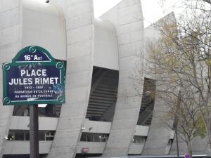 La place Jules Rimet rend hommage au créateur de la Coupe du Monde de Football. Elle accueille discrètement les spectateurs du parc des princes, dans le 16ème arrondissement de paris.