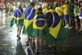 après les buts, la pluie, les supporters brésiliens rentrent, défaits.