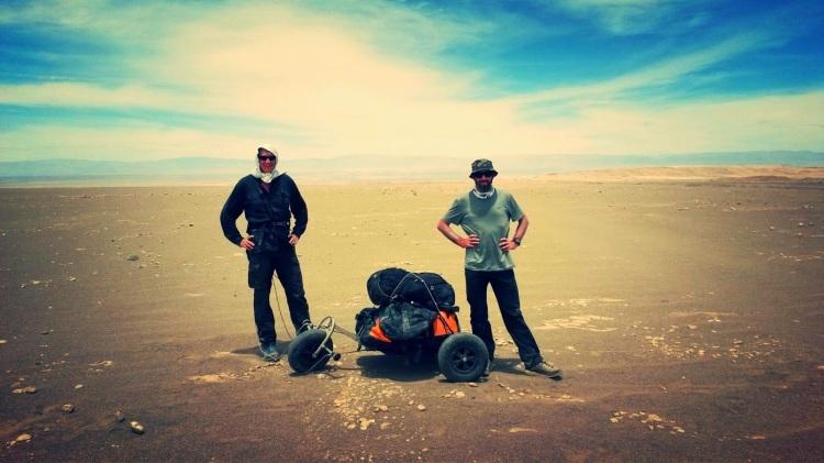 charles et sylvain dans le désert de l'atacama - photo et crédits sylvain bazin ©