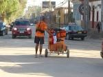 dans les rues de Copiapo, drapeau chilien bien amarré au chariot