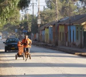 """Charles hedrich court seul dans les rues de Copiapo - crédits """"Respectons La terre"""""""